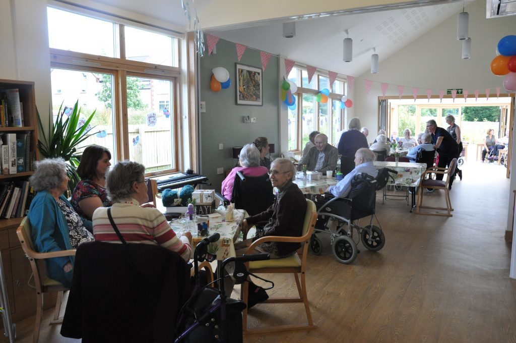 Residents and visitors enjoy afternoon tea 01_B28_mont_01