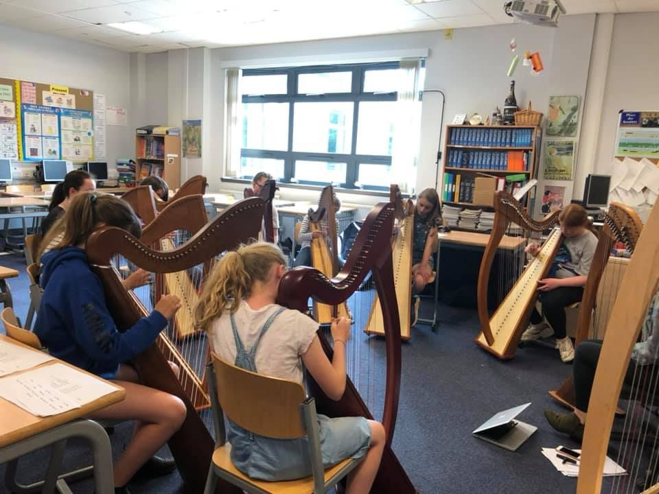 Clarsach pupils practise their routine.