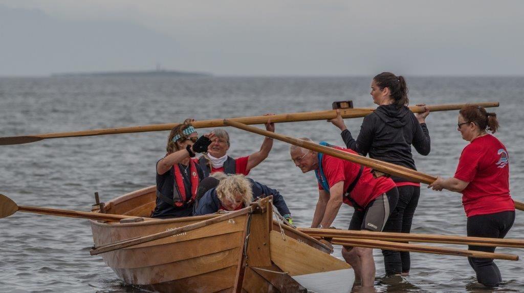 Arran change oars between races.