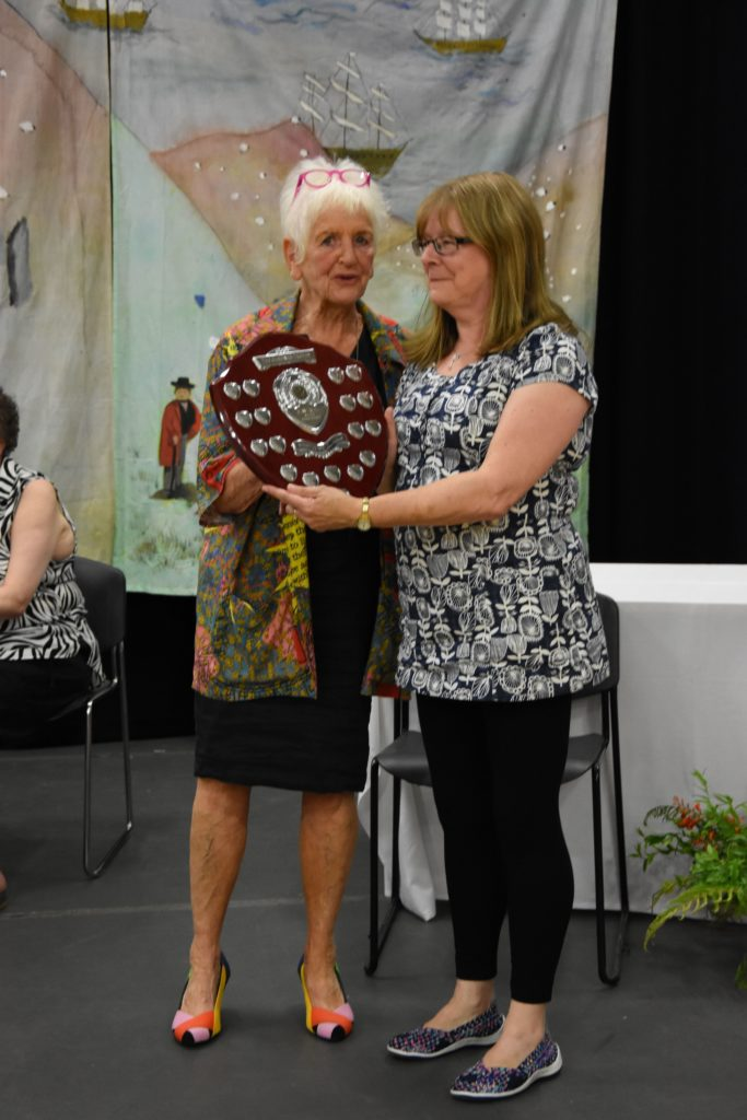 Gisela Creed presents Lynn Jones with the Gardner Trophy for the runner up to best in show.